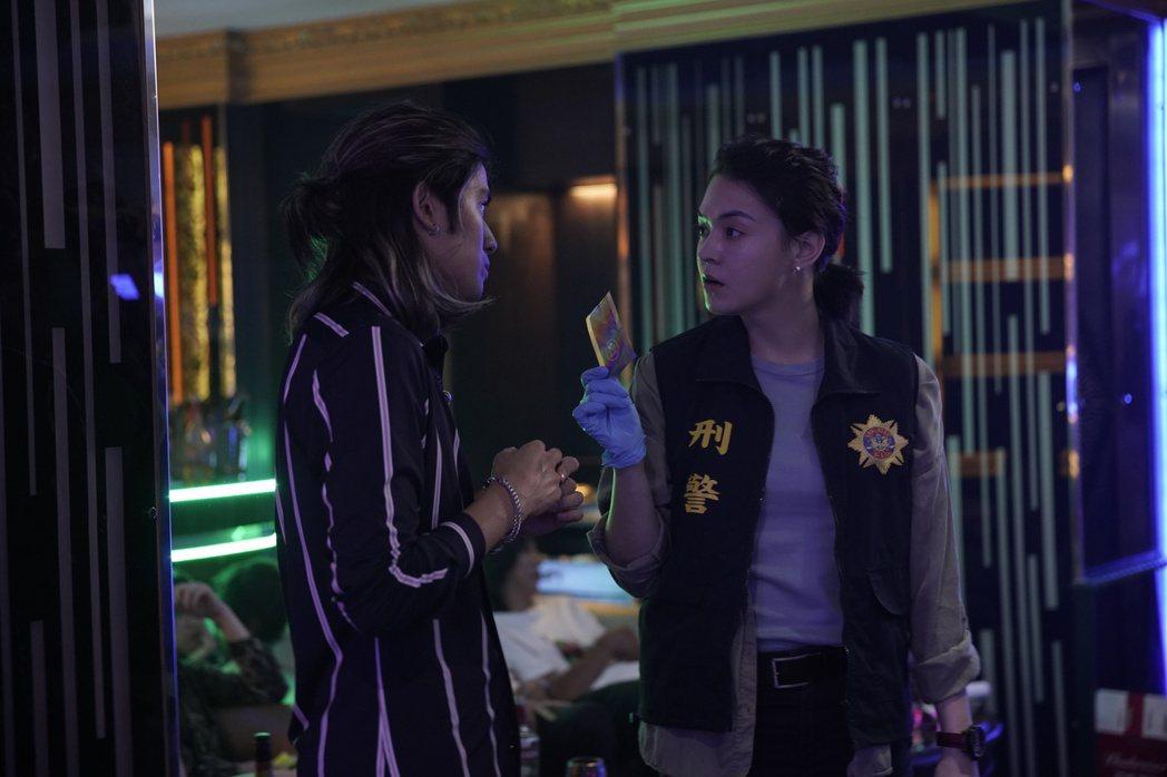 張榕容(右)在劇中的一場臨檢戲,展現辦案霸氣。圖/CATCHPLAY提供