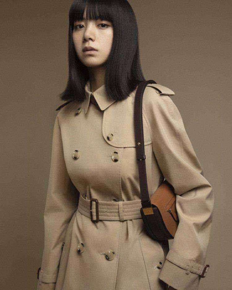 BURBERRY日本首位品牌形象大使池田依來沙,身穿Waterloo長版系列風衣...