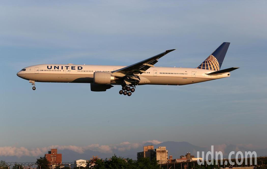 美國聯合航空公司波音777-300ER型客機準備降落桃園機場。記者陳嘉寧/攝影