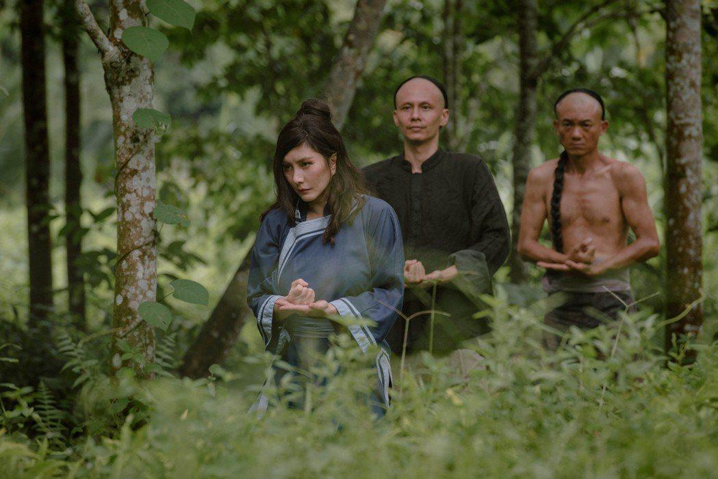 何超儀(左)飾演來自19世紀清朝天地會的幫派女首領。圖/852 Films提供