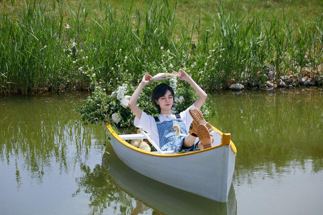 郁可唯搭乘小船拍攝MV。圖/華研國際提供