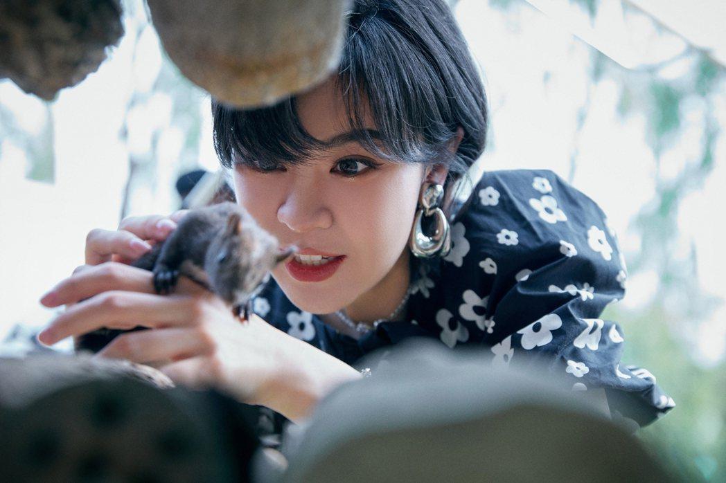 郁可唯在新歌MV,與小松鼠互動。圖/華研國際提供