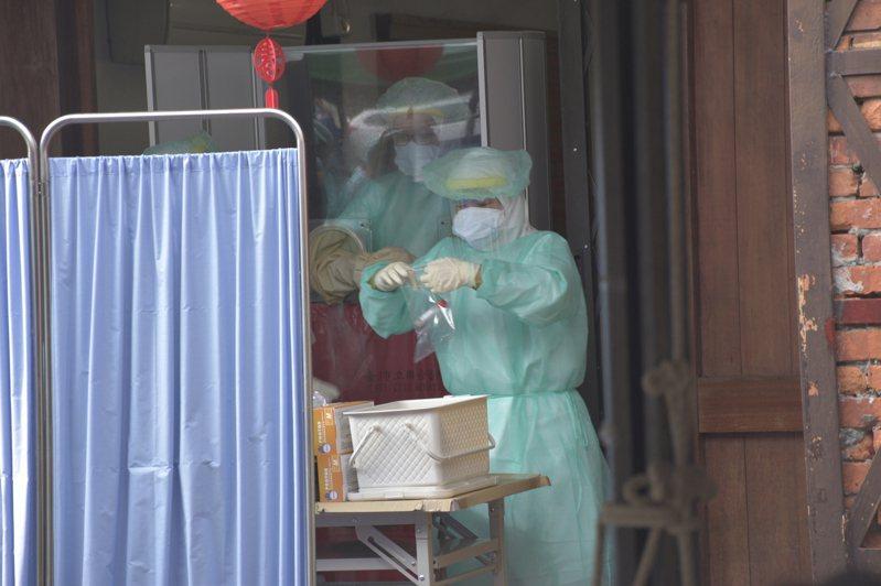 北市產發局有一名公務員今天PCR陽性確診;圖為剝皮寮快篩站。記者鍾維軒/攝影