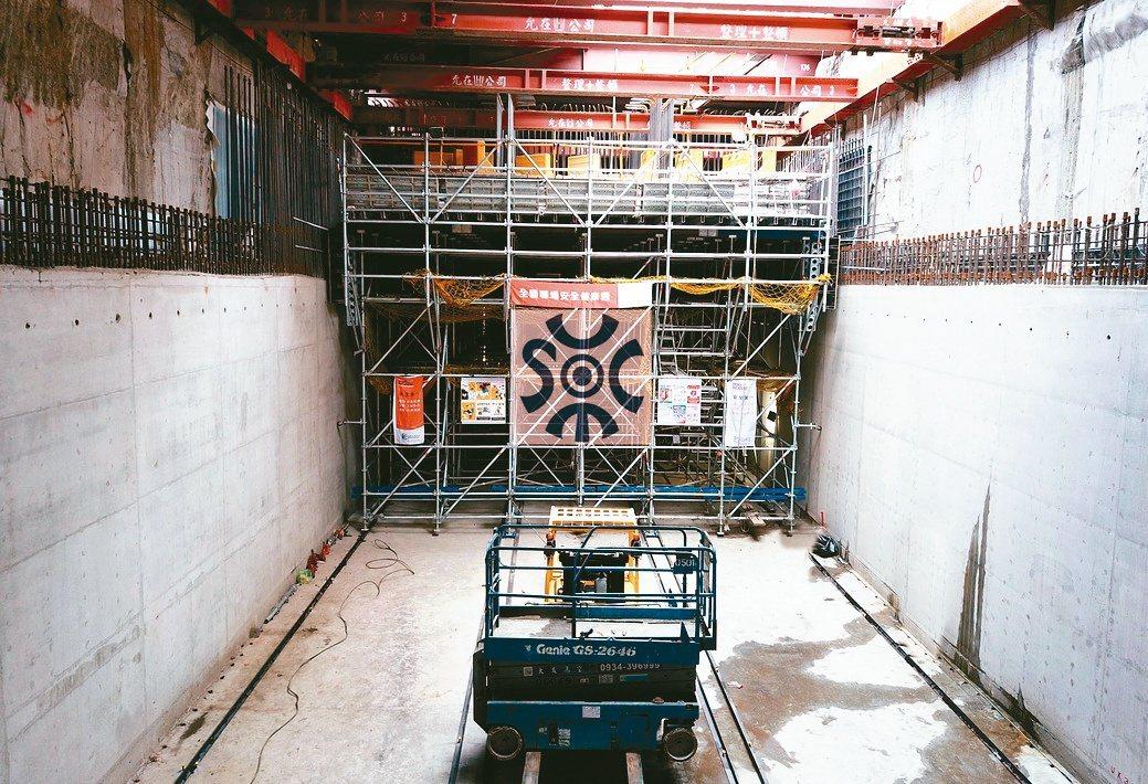 實固近期完成明挖覆蓋隧道頂版模板支撐工程。實固公司/提供