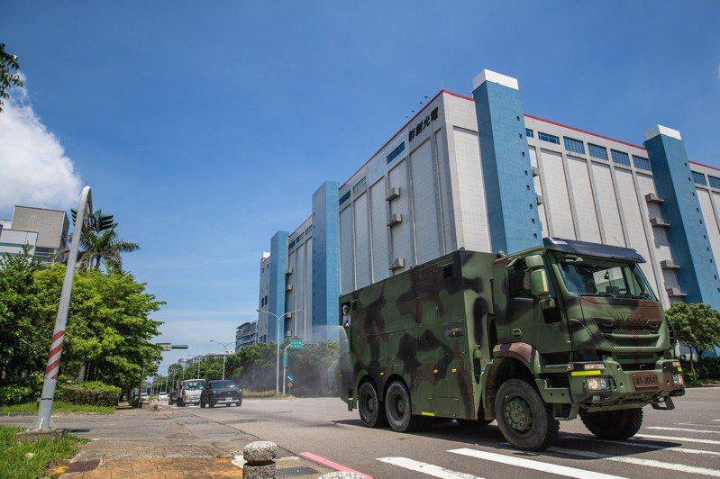 陸軍36化兵群今天派遣重型消毒車等裝備,針對京元電子公司週邊進行消毒。圖/軍聞社