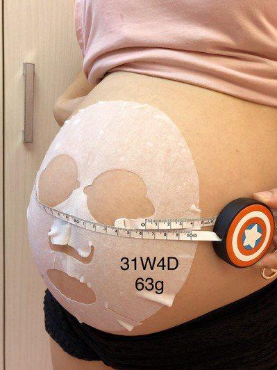 曾姓少婦說,原本很期待拍孕婦寫真,疫情嚴峻不敢出門,只能在家記錄孕期過程留念。圖...