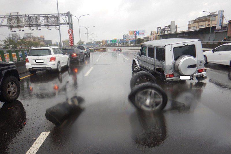 梅雨造成各地積淹水災情,不少駕駛打滑自撞受傷,還有人賠上性命。 圖/讀者提供