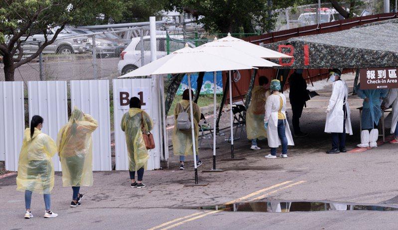 新竹科學園區建置「快速篩檢站」,讓園區內的移工就近、分流的快速篩檢,有些移工以拋棄式雨衣充當防護衣使用。記者黃義書/攝影