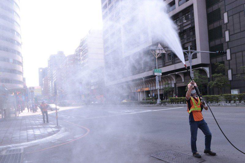 新冠肺炎疫情持續延燒,新北市的疫情仍嚴峻,市區加強噴消。記者黃義書/攝影