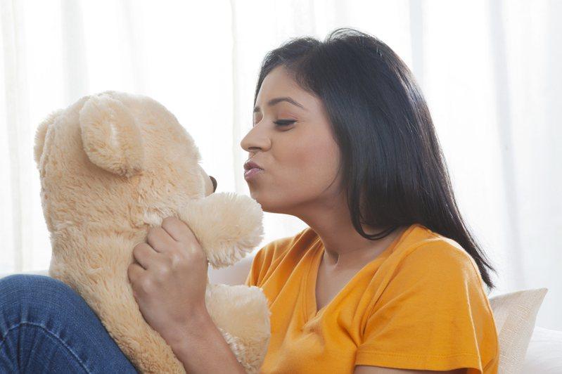 一名女網友發文表示自己從小就有抱娃娃睡覺的習慣,卻被曖昧對象質疑不正常,貼文引起熱議。圖片來源/ingimage