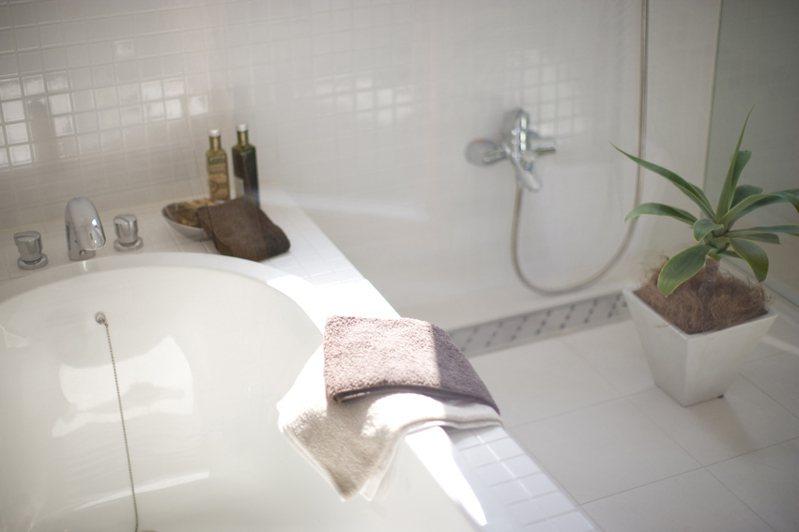 一名網友發文詢問「浴室一直發霉要不要買除濕機?」,貼文引起熱議,網友紛紛推薦除濕機外,可以搭配三神器更有效。圖片來源/ingimage