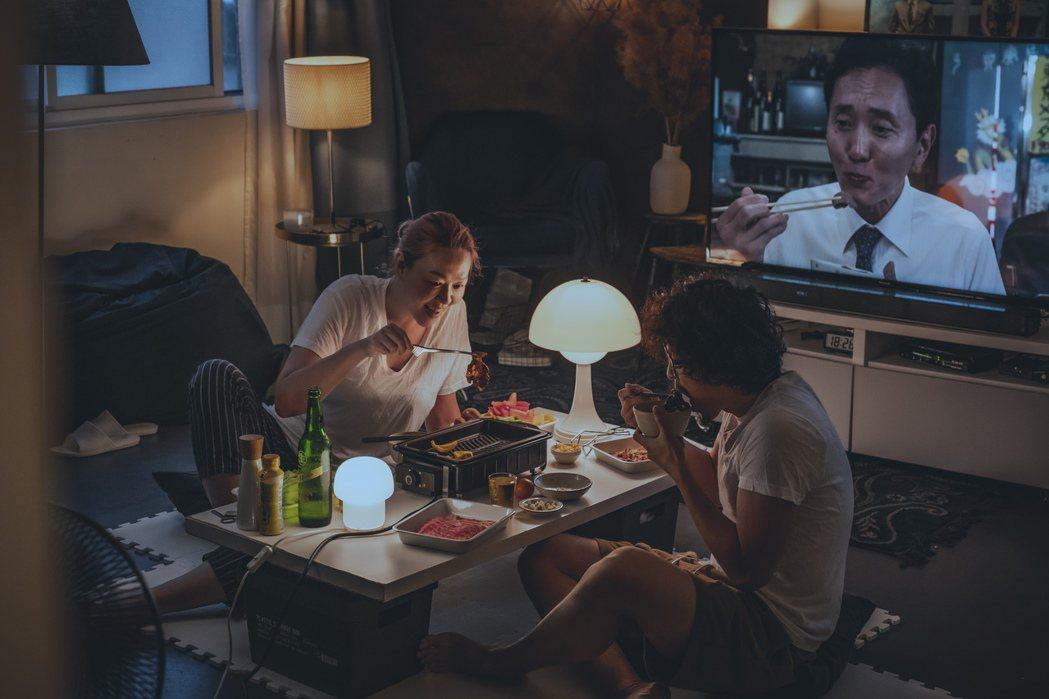 「美味拍手」夫妻會很認真的面對眼前的食物,搭配喜歡的餐具,選首輕鬆的音樂,或是善...