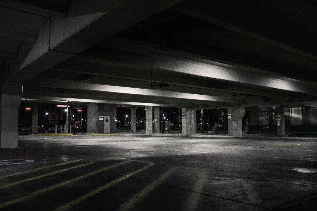 常見的路邊停車或是大樓地下室車位,都算平面車位的一種。 (圖片來源:pixaba...