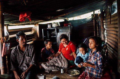 遠山呼喚定期拜訪服務學童家庭,了解近況。 圖/遠山呼喚提供