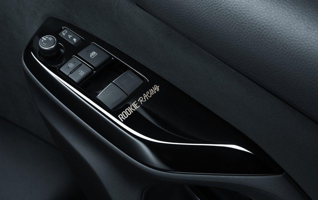 車門電動窗控制扶手也有ROOKIE Racing字樣。 摘自Toyota.jp
