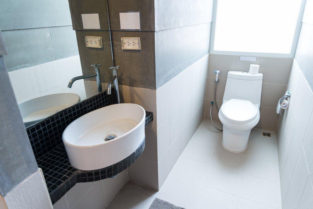 一名網友看到一件不錯的物件,對房子格局相當滿意,但唯一的缺點就是「廁所皆被架高」...