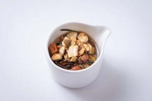 將綜合堅果切碎、迷迭香取出葉子放入調理盆,加入巴薩米克醋及鹽巴拌勻。 圖/張季禹...