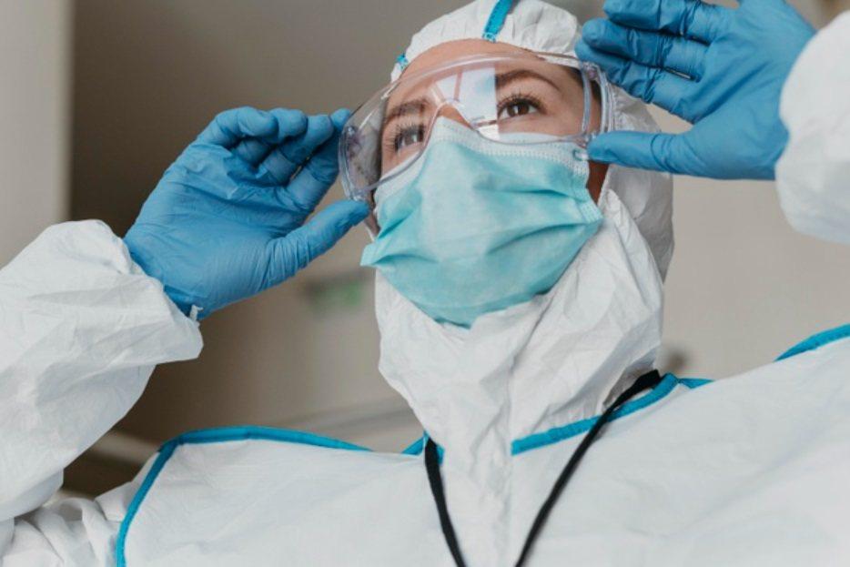 護目鏡及面罩使用後,一定要確實做好清潔與消毒工作。 圖/freepik