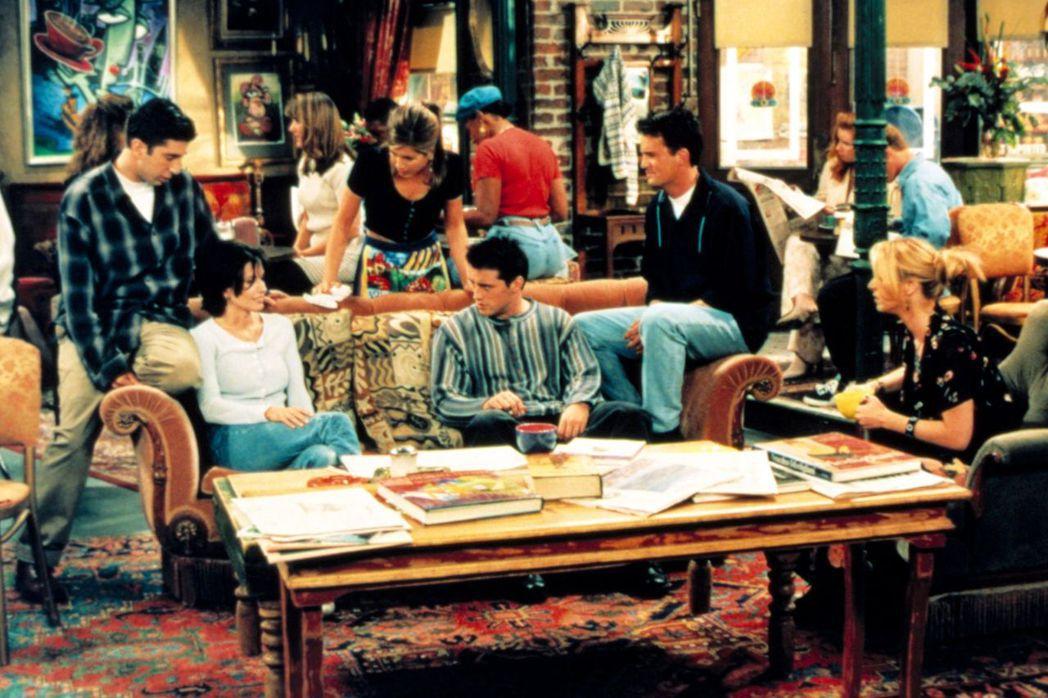 圖為《六人行》主演與經典場景「中央公園咖啡廳」。 圖/《NBC》
