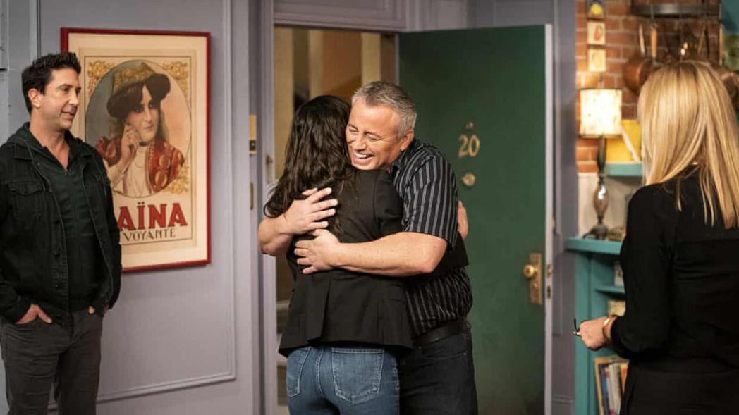 再次走回熟悉的公寓場景,「喬伊」與「莫妮卡」開心擁抱。 圖/Terence Patrick;美聯社