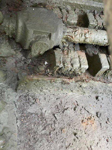 國軍歷史文物館展示的5吋阿姆斯脫朗後膛砲,內部與底座因雨水侵蝕導致嚴重鏽蝕。 圖/作者自攝