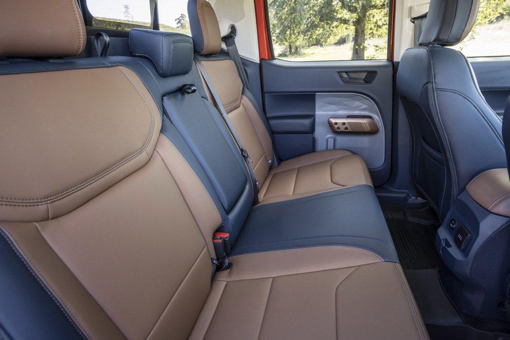 整體車室內裝用雙色拼接較顯活潑動感。 摘自Ford