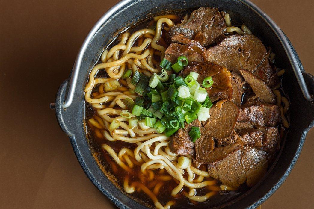 「炭火牛肉麵」選用油脂低的牛腱心,搭配八角、薑、蔥等香料與紅蘿蔔、洋蔥、蕃茄、鳳...