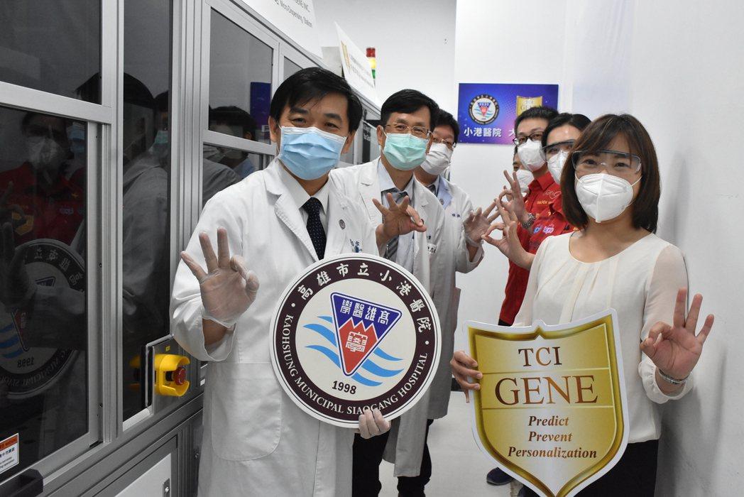 小港醫院郭昭宏院長(左)與大江基因執行長傅珍珍(右)。 小港醫院/提供
