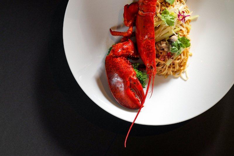 「粵式上湯龍蝦伊府麵」是與廣東料理中常見的伊麵配合,龍蝦的新鮮海味與麵條交融,綴...