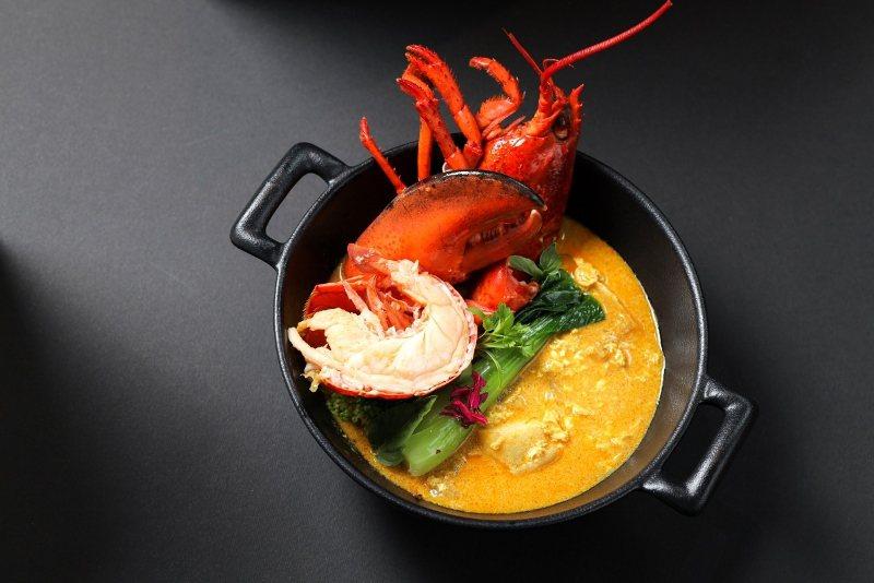 「泰式黃金咖哩龍蝦飯」,由台北晶華館外自助餐廳「泰市場」餐檯上的人氣料理黃金咖哩...
