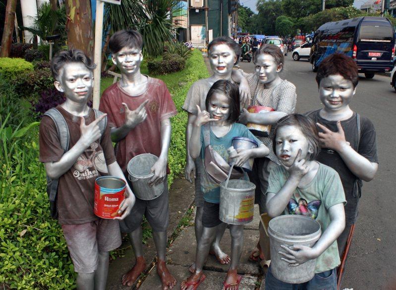 在雅加达东区当「小银人」孩童,最年轻的只有8岁,他们每天中午过后出来工作,傍晚回家。图摄于5月21日。中央社(photo:UDN)