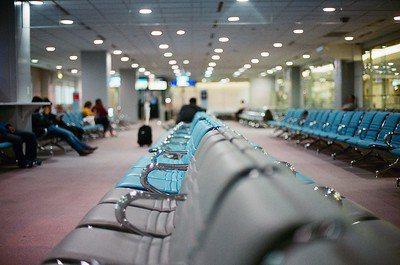 用紓困金補助民眾出國打疫苗如何?旅行社推疫苗接種行程是違法行為,旅行社不可能開團。(Photo by Toomore Chiang on Flickr under CC2.0)
