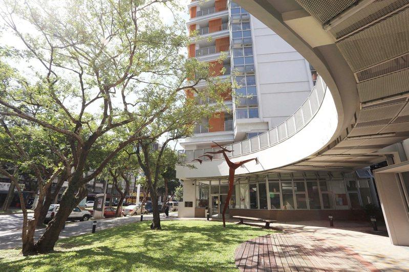 在市府的創新和努力下,社宅翻轉過往的負面印象,成為城市美學新風景。(圖為健康社宅公共藝術作品〈翩翩〉) (圖/台北市都市發展局)