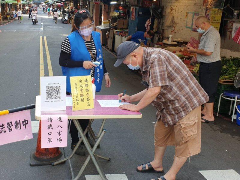 汐止區金龍市場旁的民族六街外攤的攤商組籌備自治會,派人封閉出入口進行人流等防疫管制。 圖/觀天下有線電視提供