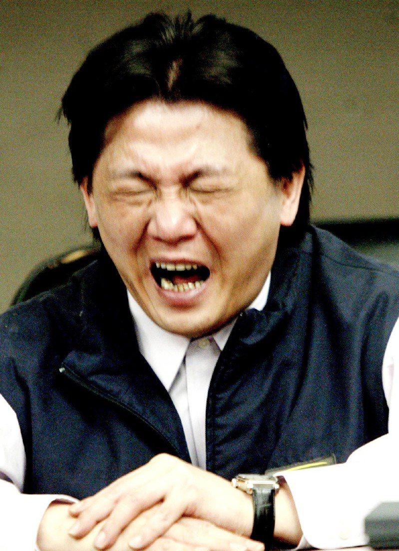「腳尾飯」事件證實造假,台北市議員王育誠向市議會親民黨團自請處分;他在記者會上難過痛哭,表示不想離開親民黨。圖/聯合報系資料照片