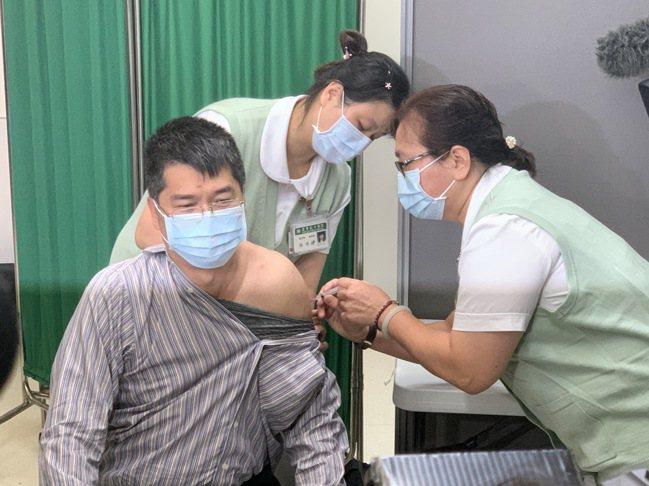 新北市共獲得9800劑墨德納疫苗,昨日已到貨5700劑,今天將開始施打。(示意圖...