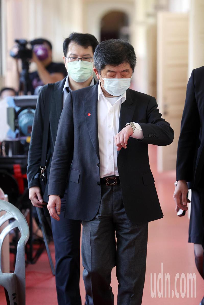 衛福部長陳時中到達立法院時被詢及昨天備詢時被民進黨立委鄭運鵬拍到閉目養神,是不是累了,他表示是在休息時間。記者曾吉松/攝影