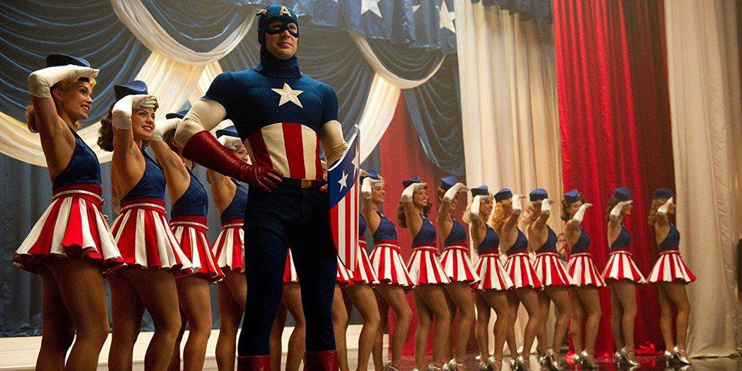 「美國隊長」首集就曾穿著亮藍色制服登場。圖/摘自推特