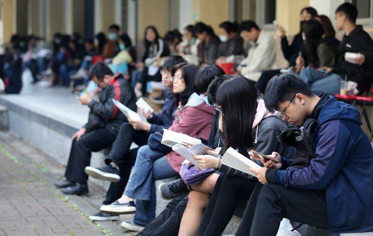 今年有4萬1321名考生報名大學指考,比去年少2432人,再創新低。示意圖。本報資料照片
