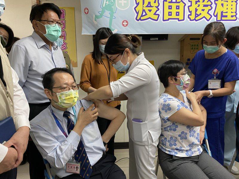 圖為日前屏東縣醫護人員施打疫苗情況。圖/本報資料照片