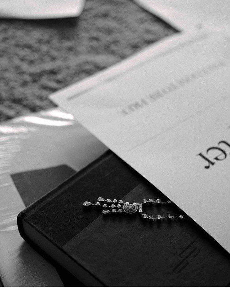 許瑋甯配戴香奈兒ETERNAL N°5系列珠寶登上本月時尚雜誌封面。圖/取自IG...