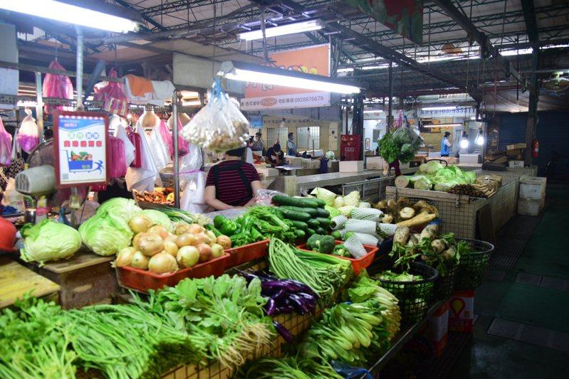 新冠肺炎疫情重創傳統市場,攤商生意大不如前,花蓮市公所宣布這個月起一連3個月,攤位使用費全面減收一半。圖/市公所提供