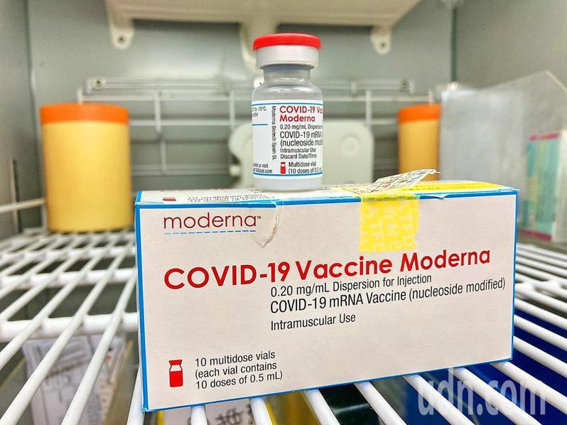 國內第一支使用mRNA技術的莫德納疫苗,今天終於配撥到南投縣內6家專責醫院。記者黑中亮/攝影