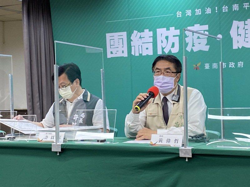 台南市長黃偉哲(右)日前宣布「端午守護台南行動」。本報資料照片