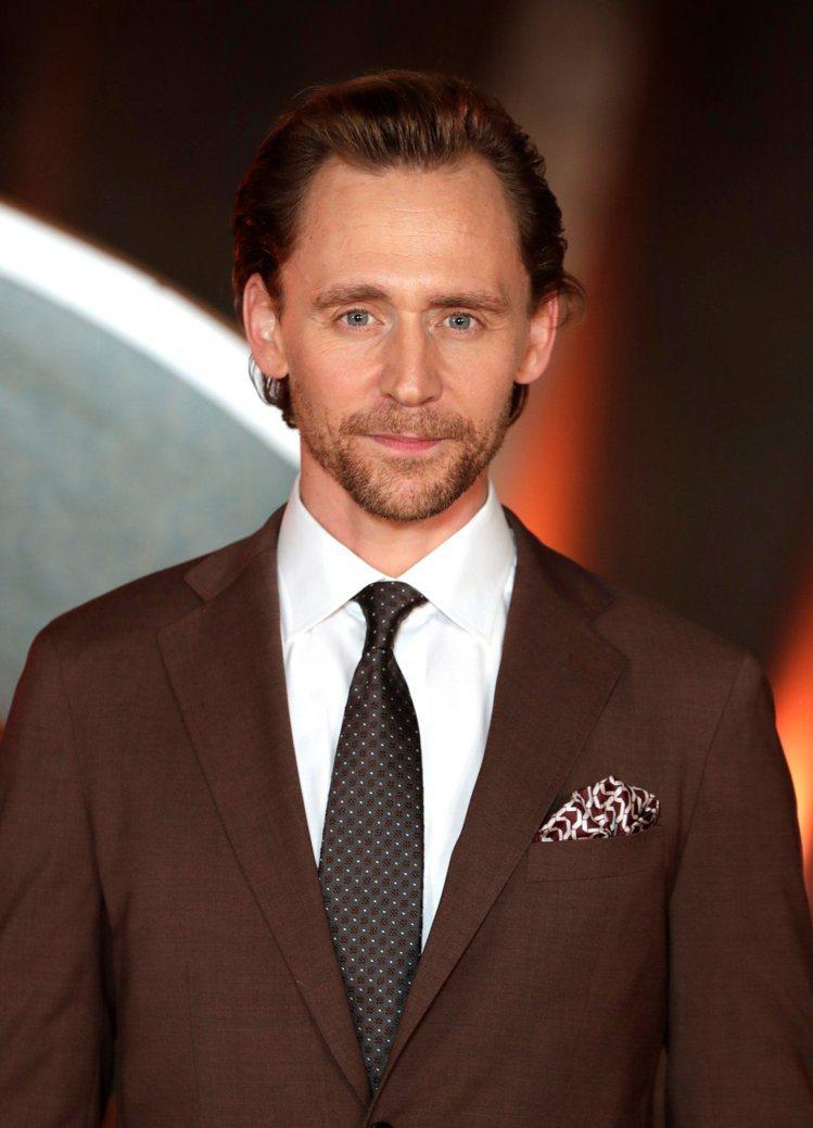 在倫敦的宣傳活動上,留著鬍子的抖森以咖啡色西裝配點點領帶,另搭上印花口袋巾,復古...