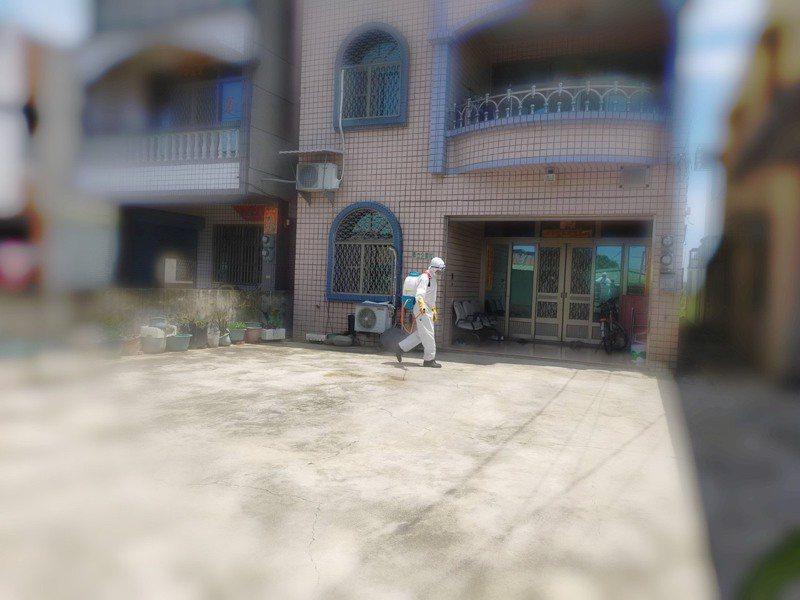 台南市西港區76歲獨居婦人昨天中午猝死家中,因有新北史引起緊張,清潔隊在其居家及周圍100公尺進行消毒。圖/西港區公所提供