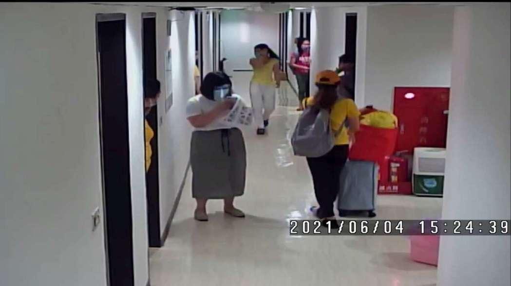 旅館監視器畫面顯示移工們入住。竹市府/提供