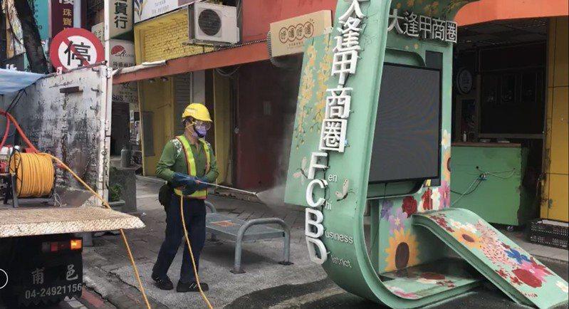 台中市環保局6月7日到逢甲商圈預防性消毒。圖/台中市環保提供