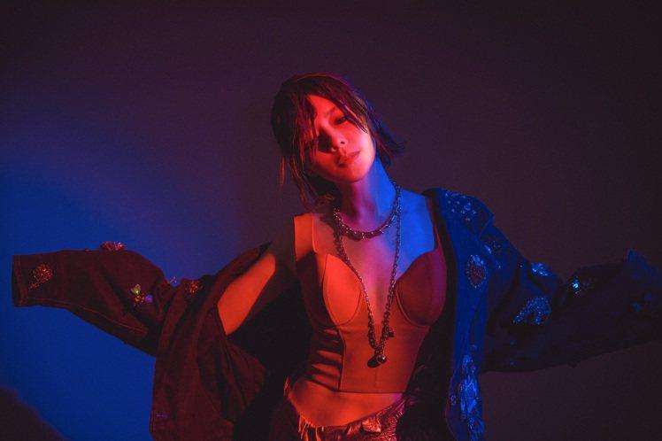 女星徐若瑄配戴Tiffany珠寶作品宣傳最新單曲「甩」。圖/Tiffany提供