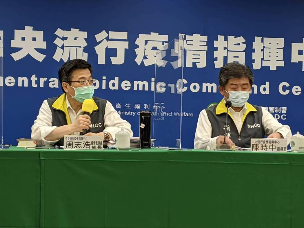 陳時中(右)表示,台北市衛生局經查詢雙方於6月2日有合約在案,並且採造冊施打,目...